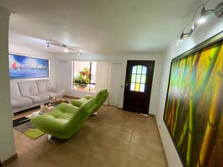 Una sala de estar llena de muebles y una gran ventana en Casa en venta en Loma de Las Brujas, de 134mtrs2