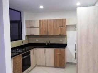 Una cocina con armarios blancos y electrodomésticos blancos en Casa en venta en El Porvenir de 4 hab. con Balcón...