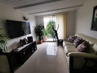 Una sala de estar llena de muebles y una televisión de pantalla plana en APARTAMENTO EN VENTA ENVIGADO MILN