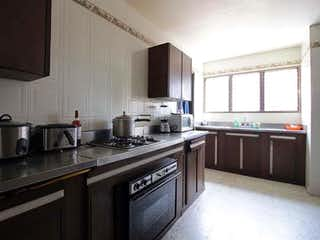 Una cocina con una estufa de fregadero y armarios en APARTAMENTO EN VENTA, ZONA CENTRO MEDELLN