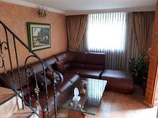 Una sala de estar llena de muebles y una ventana en CASA EN VENTA SECTOR MAYORCA