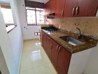 Un cuarto de baño con lavabo de bañera y espejo en APARTAMENTO EN VENTA ENVIGADO