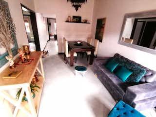 Una sala de estar llena de muebles y una televisión de pantalla plana en APARTAMENTO EN ENVIGADO EL TRIANON