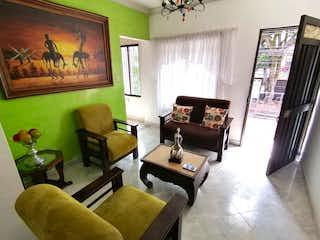Una sala de estar llena de muebles y una gran ventana en APARTAMENTO EN VENTA BUENOS AIRES CERCA AL TRANVA