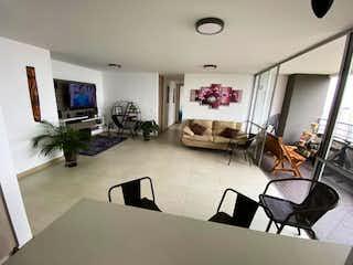 Una sala de estar llena de muebles y una televisión de pantalla plana en APARTAMENTO EN VENTA SABANETA SECTOR EL CARMELO