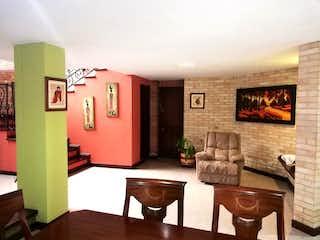 Una sala de estar llena de muebles y una chimenea en Casa en venta en La Doctora, 286m² con Jardín...