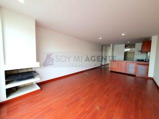 Una gran sala de estar con suelos de madera dura en Iluminado apartamento con patio en Lisboa