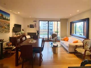 Una sala de estar llena de muebles y una televisión de pantalla plana en Apartamento en venta en Chicó Reservado con Gimnasio...