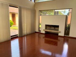 Una sala de estar con suelos de madera dura y una chimenea en Casa en venta en Barrio San José De Bavaria, 650m² con Gimnasio...