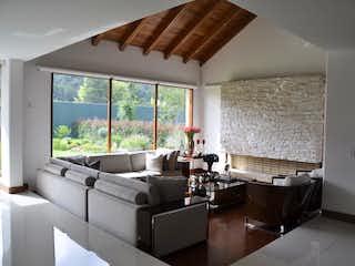 Una sala de estar llena de muebles y una gran ventana en Casa en venta en Barrio San José De Bavaria de 3200m² con Bbq...