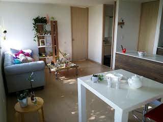 Una sala de estar llena de muebles y una mesa en Apartamento en venta en La Aldea, de 42mtrs2