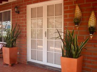Una planta en maceta sentada delante de la ventana en Finca en Venta SAN JERONIMO