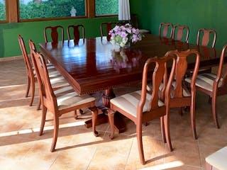 Una mesa de madera con sillas en ella en Casa en venta en San Bartolo Ameyalco, de 479mtrs2