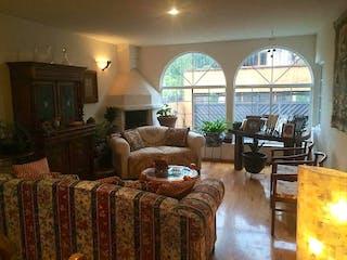 Una sala de estar llena de muebles y una ventana en Casa en venta en Colinas del Bosque, de 426mtrs2