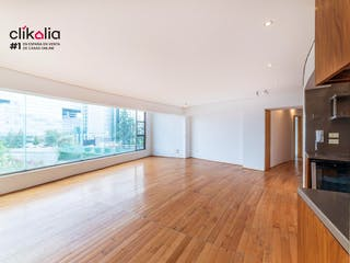 Una sala de estar con suelos de madera dura y un gran ventanal en Departamento en Guillermo González Camarena  Álvaro Obregón /// 127m2