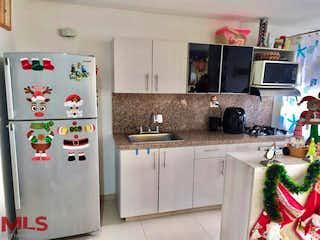Un refrigerador congelador blanco sentado en una cocina en Aramus (La Doctora)
