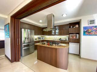 Una cocina con nevera y fregadero en VENDO APARTAMENTO 4 ALCOBAS SECTOR CALERA