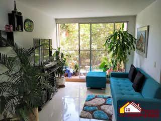 Una sala de estar llena de muebles y una planta en maceta en