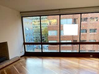 Una vista de una sala de estar con suelos de madera en Apartamento en venta en El Retiro de 3 habitaciones