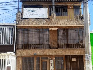 Un edificio con una ventana y un edificio en el fondo en Venta Casa en Zarzamora
