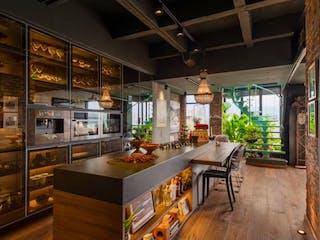 Una cocina llena de muebles de madera en VENDO PENTHOUSE DUPLEX MANILA ACABADOS DE LUJO