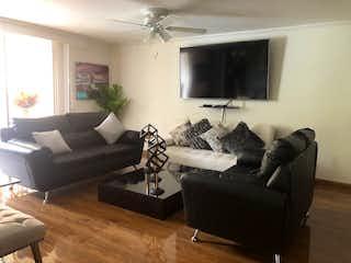 Una sala de estar llena de muebles y una televisión de pantalla plana en bosques de avignon