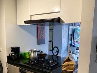 Una cocina con una estufa de fregadero y nevera en VENTA DE APARTAMENTO EN GRANADA NORTE
