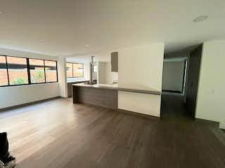 Una cocina con suelos de madera y paredes blancas en Apartamento en Venta LA FRONTERA