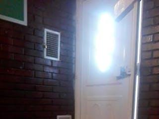 Un cuarto de baño con un lavabo y un inodoro en Apartamento en venta en Lago Timiza de 3 alcobas