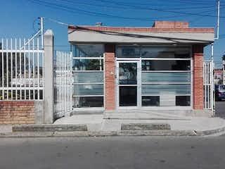Una boca de incendios blanca en una calle de la ciudad en Urbanización Techo Ii Urbanizacion 3 Gj 8