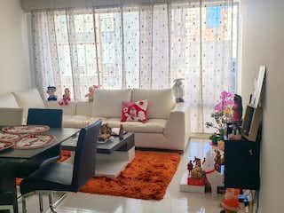 Una sala de estar llena de muebles y una ventana en Venta Apartamento en Cedritos
