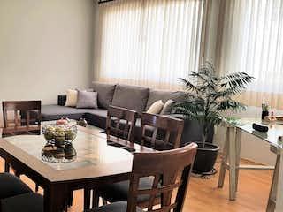 Una sala de estar llena de muebles y una planta en maceta en Venta de Departamento - Los Portales - Visítelo YA