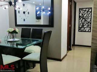 Una habitación con una mesa y sillas en ella en Castellon De San Diego