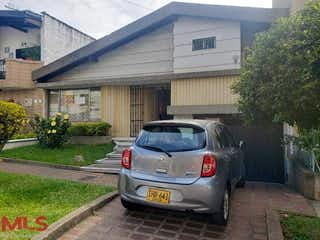 Un coche estacionado delante de una casa en No aplica
