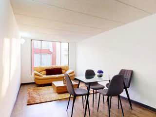 Una sala de estar llena de muebles y una ventana en Conjunto Rincon Del Puente Iii Apto