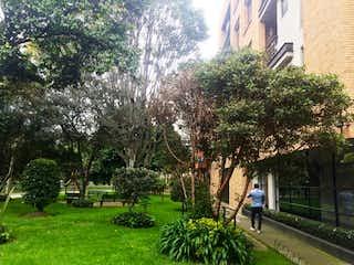 Un árbol forrado de árboles y un banco en Bogota, Apartamento en venta en Santa Paula 54m² con Bbq...
