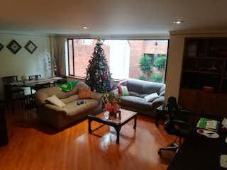 Una sala de estar llena de muebles y una televisión de pantalla plana en Apartamento en venta en El Lago de tres habitaciones