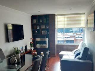 Una sala de estar llena de muebles y una televisión de pantalla plana en VENDO APARTAMENTO EN COLINA SAN JOSE DEL PRADO