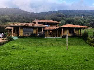 Una vista de un granero con un edificio en el fondo en Casa En Venta En Guasca Guasca