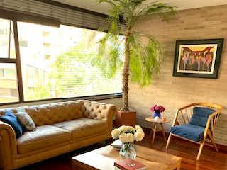 Una sala de estar llena de muebles y una planta en maceta en Apartamento En Venta En Bogota La Cabrera