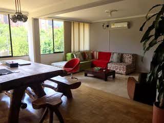 Una sala de estar llena de muebles y una ventana en Vendo apartamento dúplex, Bosques de Zúñiga Envigado