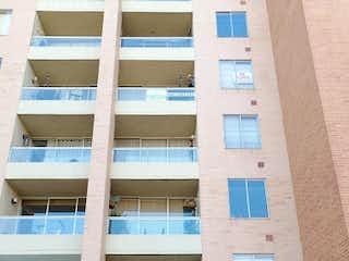 Un coche estacionado delante de un edificio alto en Apartamento en venta en Gran Granada de 3 habitaciones