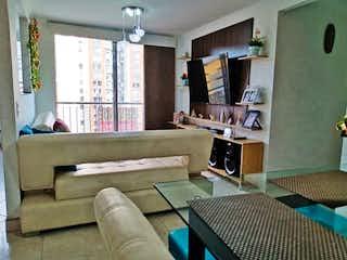 Una sala de estar llena de muebles y una ventana en Apartamento en venta en San Germán de tres habitaciones