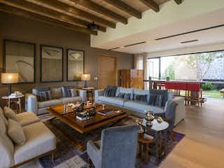Una sala de estar llena de muebles y una gran ventana en Casa Misión Capistrano, La Loma Santa Fe