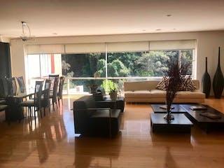 Una sala de estar llena de muebles y una gran ventana en Departamento en venta en Bosques de las Lomas, de 440mtrs2