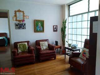 Una sala de estar llena de muebles y una ventana en Caracas