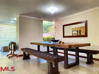 Una mesa de madera sentada en una habitación junto a la ventana en La Hacienda