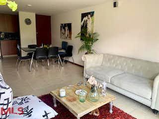 Una sala de estar llena de muebles y una mesa de café en Arboleda de las brujas (Camino Verde)