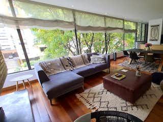 Una sala de estar llena de muebles y una mesa en Apartamento En Venta En Bogota Chico