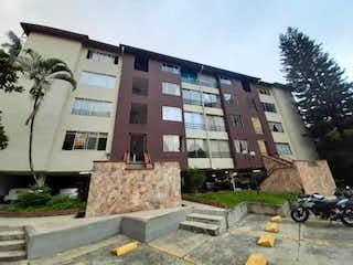 Un gran edificio con un reloj en él en Apartamento En Venta En Medellin La Pilarica